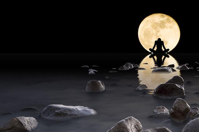 luna-1835845_640